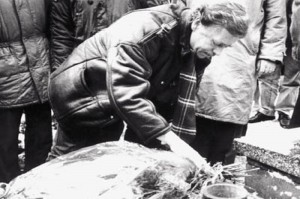 Václav Havel při návštěvě hrabovského hřbitova