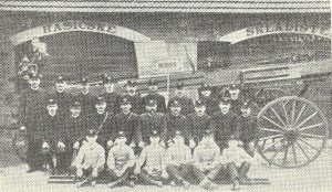 Členové sboru před skladištěm s požárním žebřem (1911)
