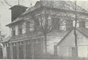 Hasičské skladiště z r. 1924, opravo obecní skladiště z r. 1884. Vzadu věž z r. 1904.