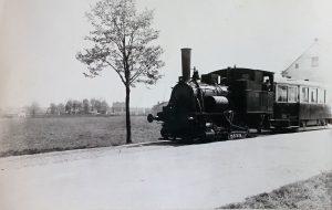 Parní tramvaj na Závodní ulici nedaleko křižovatky s Hasičskou ulicí, okolo roku 1932. Foto: Archiv Vítkovice, a. s.