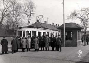 Slavnostní zahájení elektrického provozu tramvají do Hrabové v březnu 1934. Snímek vyfocen ve Vítkovicích. Foto: Archiv Vítkovice, a. s.
