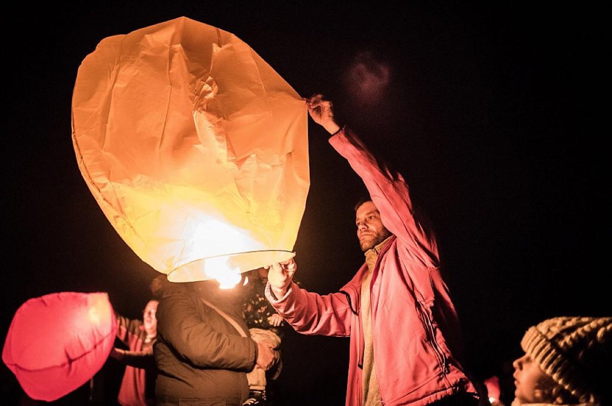 OBRAZEM: Lidé vypouštěli lampiony štěstí