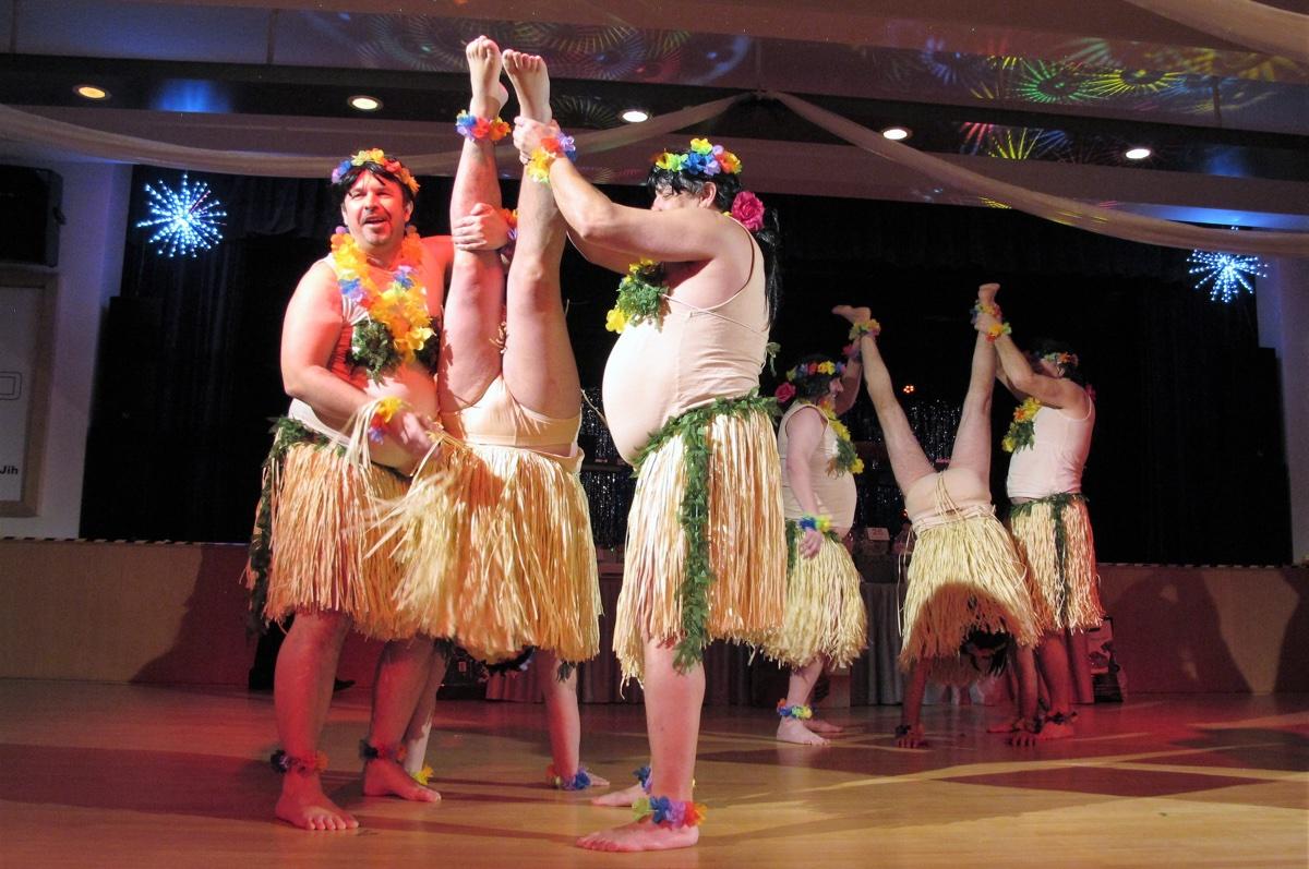 Obecní ples se vydařil, přitančily ihavajské krasavice…