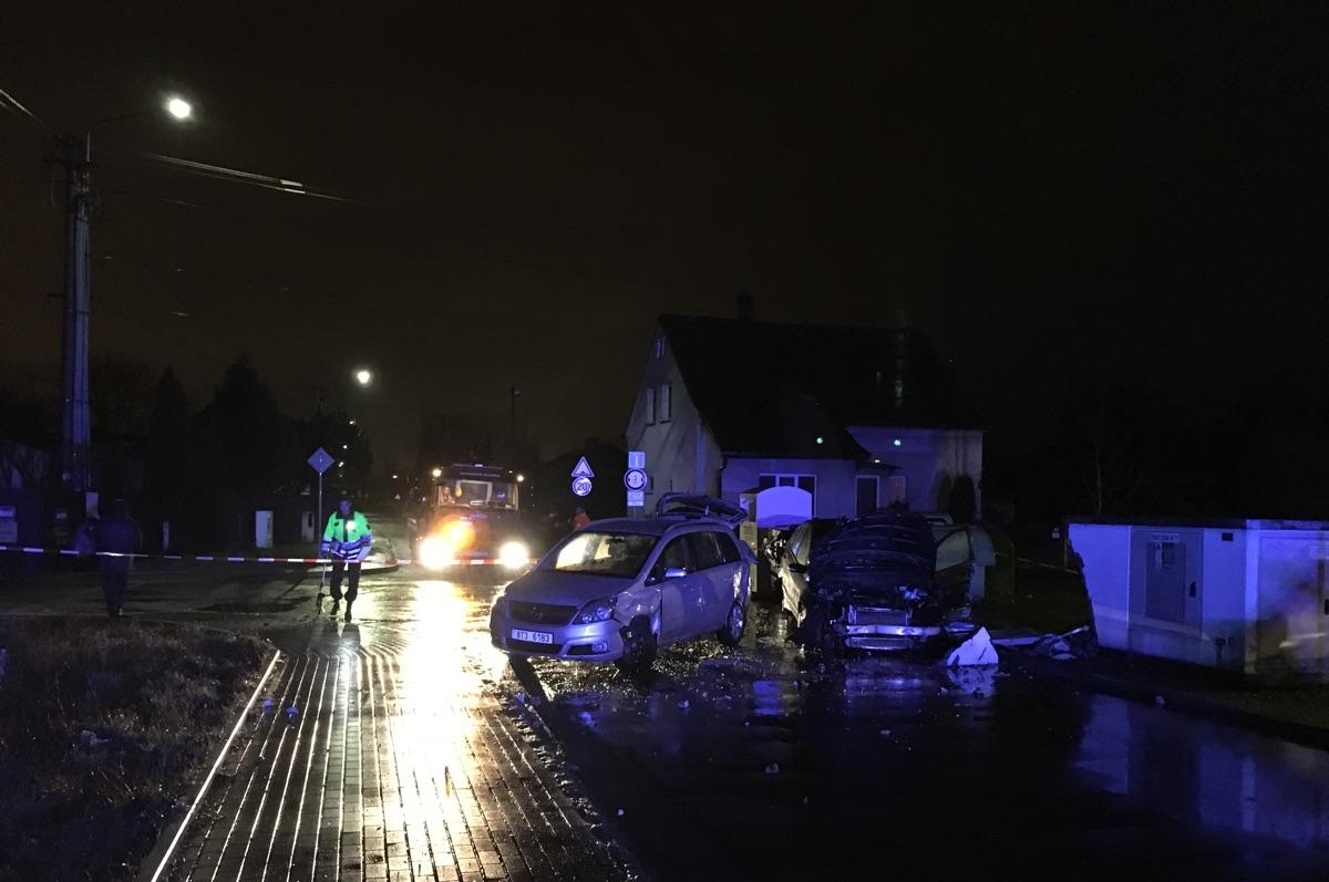 (FOTO) Autonehoda vzatáčce uškoly