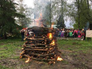 (FOTO) Ipřes špatné počasí se akce Pálení čarodějnic zdařila
