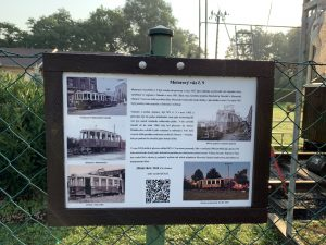 Jan Kohoutek umístil na plot informace o historické tramvaji