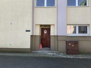 Materiál nám můžete položit ve vchodě do bytu školníka