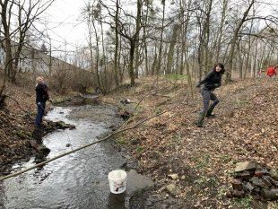 (FOTO) Zelená Hrabová zorganizovala čištění potoku Zyf