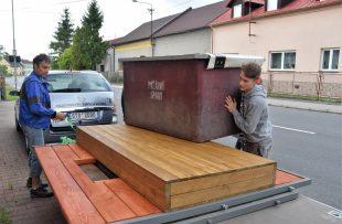 (FOTO) Hasiči přestěhovali sportovní překážky do kontejneru na školním hřišti