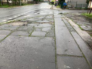 Stav chodníku před Hruškou, 22.6. 2020 | Autor: Radomír Orkáč