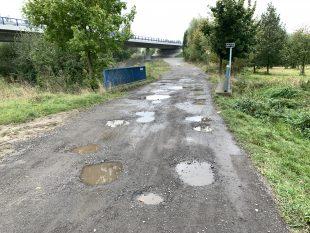 Nutnost opravy povrchu cesty na ulici KNadjezdu bude řešit rada obce