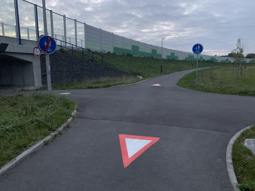 Dne 19.10. 2020 přibylo na křižovatce Mostní x Domovská vodorovné značení