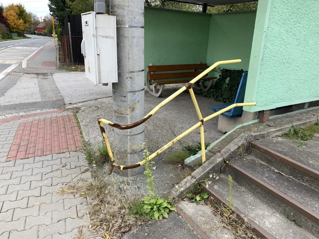 Nedalo by se toto nevzhledne zabradli odstranit? Pokud neni majitelem městský obvod, mohl by starosta domluvit odstranění/renovaci s majitelem?