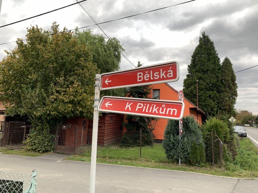 Prosíme technické služby, aby zaměstnanci upevnili ukazatel na ulici K Pilíkům.