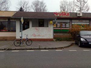 Okolí obchodu Hruška je potřebna zkulturnit