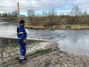 (FOTO) Povodí Odry odstraňuje vkorytě řeky Ostravice obří nános ivrbinu
