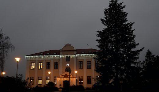 (FOTO) Rozsvícení vánočního stromu se vHrabové muselo obejít bez oficiálního programu