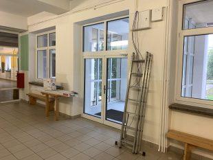 (FOTO) Budování nového schodiště avstupu do základní školy je ukonce