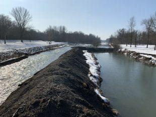 (FOTO) Povodí Odry opravuje břeh Ostravice ustatku vOstravě-Hrabové