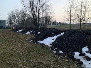 (FOTO): Hlína na terénní úpravy školky MŠ Bažanova