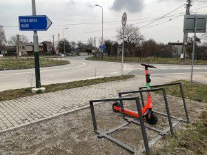 Elektrokoloběžka u kruháče na Mostní | Radomír Orkáč
