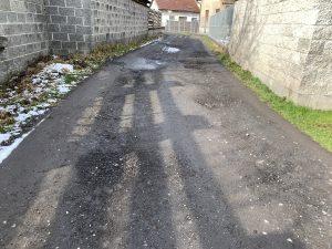 Konec ulice Lužná je v katastrofálním stavu