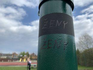 (FOTO) Ošetření sloupů na síť ve sportovním areálu za školou