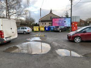 Parkoviště u Sokola si zaslouží nový povrch a přechod pro chodce