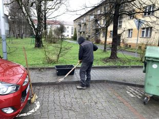 (FOTO) Technické služby Hrabové začaly sjarním úklidem Šídlovce