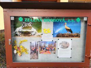 (FOTO) Zelená Hrabová: Vitrína na Šídlovci před obchodem Budoucnost