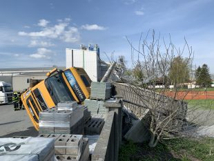 (FOTO) VOstravě-Hrabové přepadlo nákladní auto přes plot do areálu TJ Sokol
