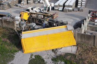(FOTO) Nehoda nákladního automobilu, areál společnosti Best aTJ Sokol