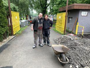 (FOTO) Rekonstrukce plochy před areálem TJ Sokol Hrabová je dokončena