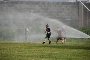 (FOTO) Hrabovští hasiči svlažovali účastníky sportovního klání seniorů