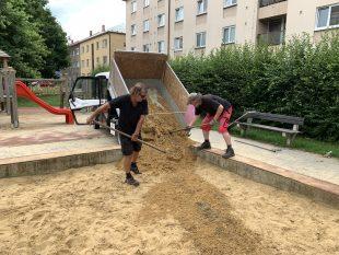 (FOTO) Pokračuje úklid chodníků/cest abyl doplněn písek do pískovišť vHrabové